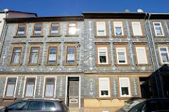 Wohnhäuser mit Schieferfassade und farblich abgesetzten gestalterischen Zierelementen in der Gierstraße von Mühlhausen/Thüringen.