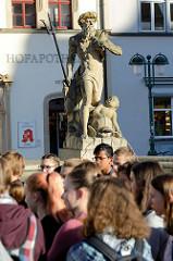 Neptunbrunnen auf dem Markt von Weimar, die Neptunfigur wurde 1774 aufgestellt - Ausführung Hofbildhauer Martin Gottlieb Klauer.