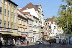 Mehrstöckige Wohn- und Geschäftshäuser am Karlsplatz in Eisenach; mehrheitlich im Baustil des Historismus errichtet.