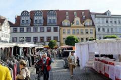 Wochenmarkt auf dem Marktplatz von Naumburg; Marktstände mit Kleidung und Spitzengardinen.