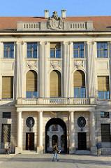 Eingang zum Stadtschloss von Weimar - Säulenportal mit Wappen.