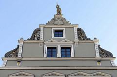 Giebel vom Gebäude vom Jagemanns - ehem. Wohnhaus der Mätresse von  Carl August von Sachsen-Weimar-Eisenach, Caroline Jagemann.