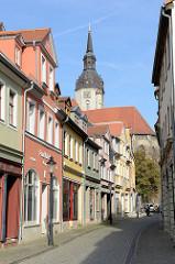 Blick durch die große Wenzelsstraße zum Kirchturm der Wenzelskirche am Topfmarkt.