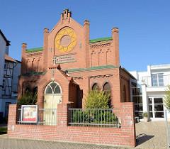Kirche der evangelisch freikirchlichen Gemeinde Mühlhausen - Fassaden Inschrift Gotteshaus der Baptisten Gemeinde - Selige sind die Gottes Wort hören und bewahren.