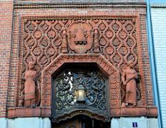 Eingangsportal / Fassade vom Bankgebäude des ehemaligen Vorschussvereins  in Bad Segeberg - Hauptstelle der VR Bank Neumünster. Das Gebäude wurde 1915 eingeweiht - Entwurf Architekt Hans Ross.
