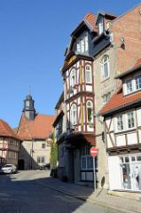 Blick vom inneren Frauentor zur historischen Stadtmauer in Mühlhausen; Wohnhaus mit Fachwerk-Erker.