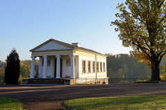 """Römisches Haus in Weimar am Rande des Parks an Ilm. Das römische Haus gehört seit 1998 als Teil des Ensembles """"Klassisches Weimar"""" zum UNESCO-Weltkulturerbe. Es wurde 1798 als frühes Klassizistisches Bauwerk errichtet."""