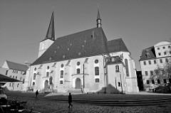 Blick zur Stadtkirche Sankt Peter und Paul am Herderplatz von Weimar. Die Herderkirche  wurde 1500 errichtet und gehört zum Ensemble Klassisches Weimar, das 1998 zum UNESCO-Weltkulturerbe erklärt wurde.
