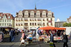 Wochenmarkt auf dem Marktplatz von Naumburg; Blick durch die Marktstände zum historischen Rathaus der Stadt; das Gebäude wurde ursprünglich 1528 wieder errichtet, mehrmals umgebaut und erweitert.