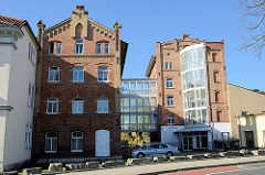 Gebäude der Kreuzmühle in Mühlhausen, historische Klinkerarchitektur / Fabrikgebäude mit modernem gläsernem Treppenhaus.