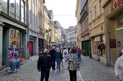 Einkaufsstraße / Fußgängerzone mit Geschäften in der Herrenstraße von Naumburg.