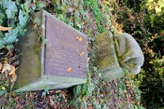 Die Steinskulptur Die Geknechtet wurde zum Mahnenden Gedenken an die 750 ungarischen Jüdinnen aufgestellt, die vom November 1944 bis April 1945 als Häftlinge im Aussenkommando des Konzentrationslagers Buchenwald in Duderstat am Euzenberg unter me