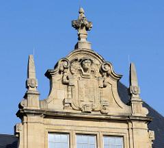 Architektur des Historismus - Hausgiebel mit Wappen und Hermes Darstellung.