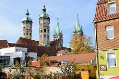 Blick über Dächer von Naumburg zu den Türmen vom Naumburger Sankt Peter und Paul Dom. Die Kathedrale aus der ersten Hälfte des 13. Jahrhunderts gehört zu den bedeutendsten Bauwerken der Spätromanik in Sachsen-Anhalt.