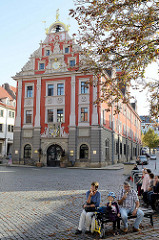 Hauptmarkt in Gotha  - Blick zum historischen Rathaus das ursprünglich als Kaufhaus erbaut wurde.
