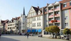 Geschäftshäuser und Wohnhäuser in unterschiedlichen Baustil am Neumarkt in Gotha.