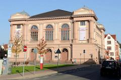 Blick über den Theaterplatz zum Landestheater Eisenach. Das Gebäude wurde 1879 eröffnet und entstand im klassizistischen Stil nach Entwürfen des Leipziger Architekten Karl Weichardt.