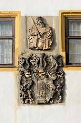 Historisches Steinrelief mit Wappen / Wappentafel an der Westfassade vom Schloss Friedenstein.