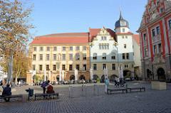 Hauptmarkt in Gotha - lks. die alte Innungshalle, erbaut 1633; 1715 Umbau im barocken Stil unter Herzog Friedrich II., bis 1665 Rathaus, 1820 bis 1911 Sitz der ersten deutschen Handelsschule.