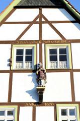 Spital zum Heiligen Geist in Duderstadt, erbaut 1670 - Holzskulptur.