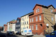 Wohnhäuser mit unterschiedlicher Fassadengestaltung in der Mittelstraße von Mühlhausen/Thüringen.