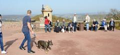 Aussichtsplattform mit Touristen auf der Wartburg in Eisenach.