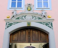 Barock-Architektur in Mühlhausen/Thüringen;  Eingangsportal mit Putten und vergoldeten Monogramm im Maskeron;  Jahreszahl in Gold 1723.