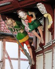 Geschnitzte Figuren / Dachstützen in Duderstadt - historische Architektur.