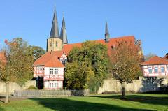 Die römisch-katholische Basilika St. Cyriakus / Probsteikirche in Duderstadt; Baubeginn um 1240. Im Vordergrund die Stadtmauer der historischen Stadtbefestigung.