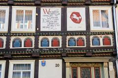 Renaissance Fachwerkarchitektur in Duderstadt, Haberstraße - erbaut um 1600, Balkeninschrift Am Guten Alten in Treue halten.
