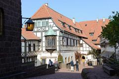 Burghof der Wartburg bei Eisenach. Die Burg wurde 1067 gegründet im 19. Jahrhundert größtenteils neu gebaut und gehört seit 1999 zum UNESCO Weltkulturerbe.