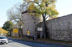 Historische Stadtmauer  mit Wehrturm am Kreuzgraben in Mühlhausen.