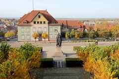 Blick vom Schloss auf das Denkmal Ernst der Fromme  und Häuser der Stadt Gotha.