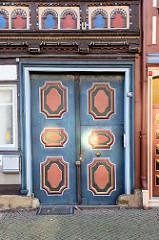 Eingangstür eines historischen Wohn- und Geschäftshauses in der Marktstraße von Duderstadt -