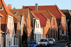 Einzelhäuser / Wohnhäuser mit Satteldach oder Krüppelwalmdach in der Lübecker Straße von Bad Segeberg.
