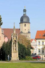 Blick über den Kramer Platz in Naumburg zur frühbarocken St. Othmar Kirche - im Vordergrund das Gefallenendenkmal / Kriegerdenkmal Germania.