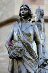 Elisabeth Denkmal in Eisenach,  Bronzefigur - Künstler Markus Gläser, 2013