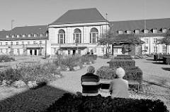 Vorplatz / August-Baudert-Platz in Weimar; Blick zum Empfangsgebäude des Bahnhofs, fertig gestellt 1922 im neoklassizistischen Stil.