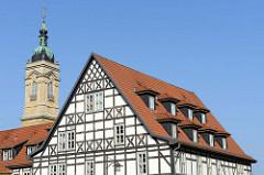 Fachwerkfassade vom Creutznacher Haus, Bürgerhaus im Renaissancestil - erbaut 1539; dahinter der Kirchturm der Georgen Kirche.