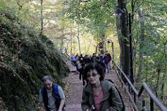 Steiler Weg / Aufgang zur Wartburg in Eisenach - Scharen von Touristen steigen zur Burg auf.