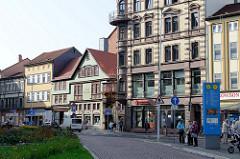 Karlsplatz in Eisenach -  mehrstöckiges Wohn- und Geschäftshaus im Baustil des Historismus - lks. das historische Gebäude der Stadtapotheke, um 1800 errichtet.
