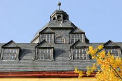 Dach und Mansardfenster vom Ostturm Schloss Friedenstein in Gotha/Thüringen.