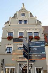 Hinweisschilder für Touristen / Touristenroute durch Weima am Herderplatz / Jakobstraße in Weimar - im Hintergrund das Gebäude vom Jagemanns - ehem. Wohnhaus der Mätresse von  Carl August von Sachsen-Weimar-Eisenach, Caroline Jagemann.