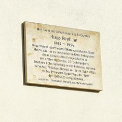 Hinweisschild auf das Geburtshaus des Fotografen Hugo Brehme, der 1908 nach Mexiko-Stadt übersiedelte und dort zu einem bedeutenden Fotografen der mexikanischen Vorgeschichte wurde.