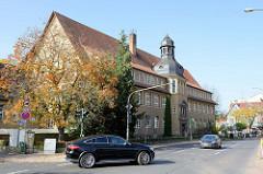 Blick zum Ernst-Abbe-Gymnasium in der Wartburgallee in Eisenach, erbaut 1922.