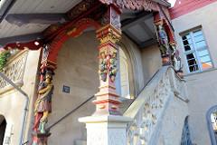 Eingang / Eingangstreppe von historischen Rathaus von Duderstadt; lebensgroße geschnitzte Figuren und eine Säule mit Obstdarstellung tragen die Überdachung des  Aufgangs.