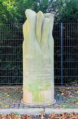 Gedenkstele - Mahnmal in Duderstadt; Inschrift Zum Gedenken an die jüdischen Mitbürger unserer Stadt und an die im Jahre 1938 zerstörte Synagoge - DEN LEBENDEN ZUR MAHNUNG.
