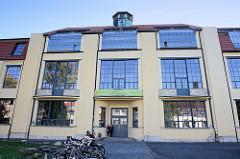 Hauptgebäude der Bauhaus Universität Weimar. 1904−1911 nach den Entwürfen von Henry van de Velde errichtetes Ateliergebäude der Großherzoglich-Sächsischen Hochschule für bildende Kunst. Seit 1996 ist das Gebäude UNESCO Welterbestätte.