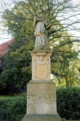Heiligenskulptur bei der römisch-katholische Basilika St. Cyriakus / Probsteikirche in Duderstadt.