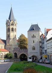 Blick vom Karlsplatz in Eisenach zum historischen Nikolaitor, dem einzigen erhaltenen mittelalterlichen Stadttor. Links der Kirchturm der Nikolaikirche.